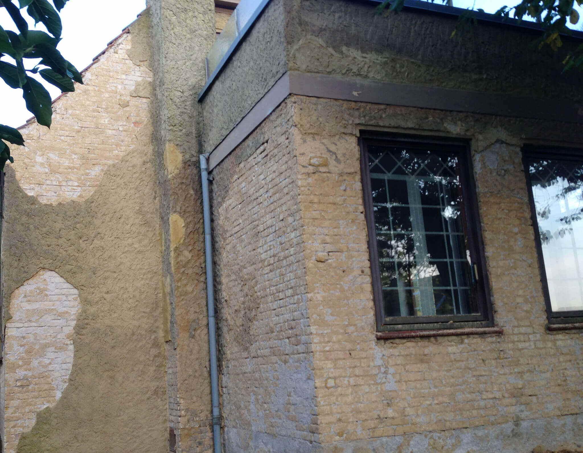 Pudsning af facade på ældre villa med gule mursten - Udført af Køge Bugt Facadeentreprise