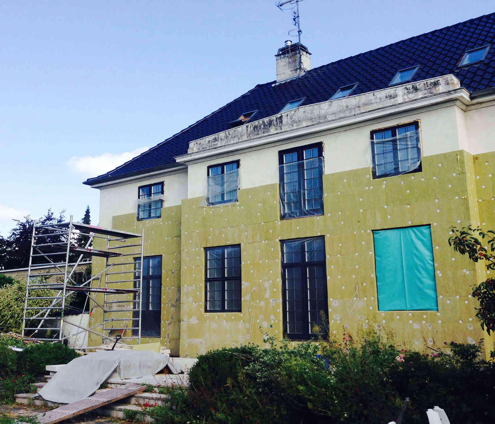 Isoleringsplader sat op på facade af stor villa - Udført af Køge Bugt Facadeentreprise