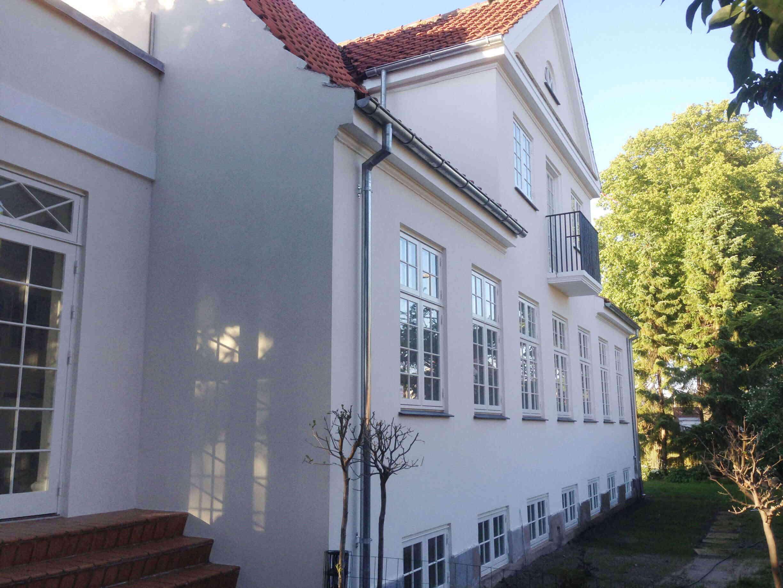 Villa med nypudset hvid facade udført af Køge Bugt Facadeentreprise